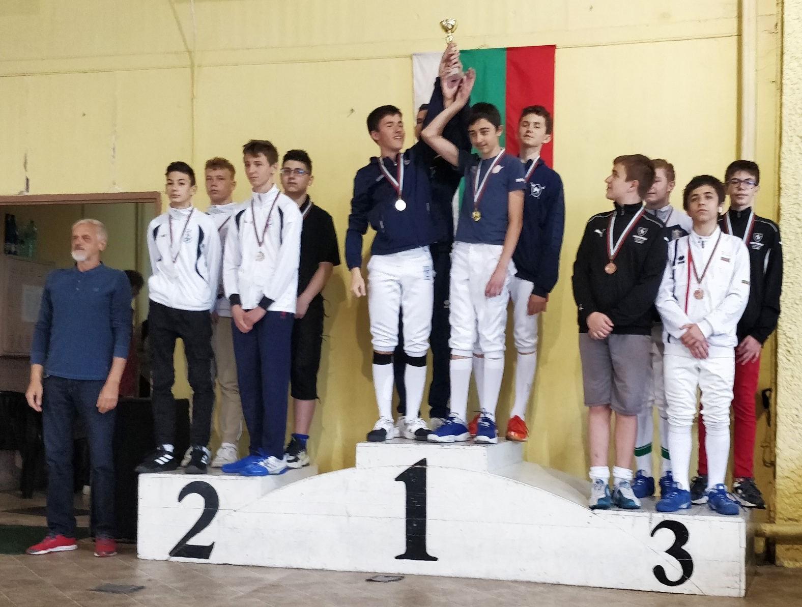 Младост и Свечников са държавни шампиони на сабя при кадетите и кадетките отборно